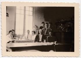 1955. Une réunion amicale chez Mme Charrat. Au 1er rang. M.Samsom. G.Barral. G.Chenevey. M.Payerne. J.Payerne. C.Rao. 2ème rang. B.Coudurier. J.Marret. L.Rey. E.Morin. J.Brun. P.Rey