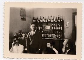 1955. Une réunion amicale chez Mme Charrat. M.Payerne. C.Rao. M.Samsom. J.Payerne